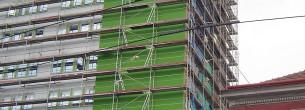 Brno, panelový dům - fasádní lešení