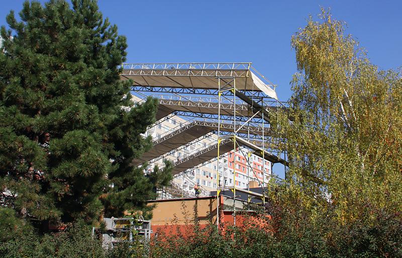 Poliklinika Paracelsum, Praha - fasádní lešení, zastřešení stavby WACO