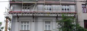 Ulice Komunardů, Praha - fasádní lešení, zavěšené na konzolích