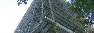 Zateplení panelového domu - fasádní lešení Kopřivnice