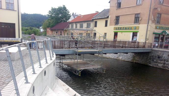 Modulové fasádní lešení pod pěší lávkou, Letovice u Brna, Svitava