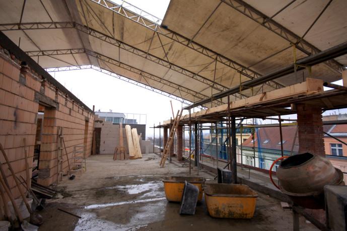 Fasádní lešení, zastřešení stavby - Holečkova, Smíchov